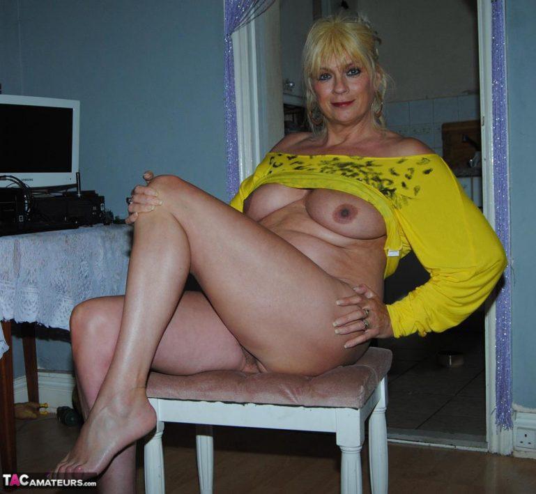 Похотливая зрелая дамочка в желтом топике позирует с голой жопой и пиздой виде hd порно фото