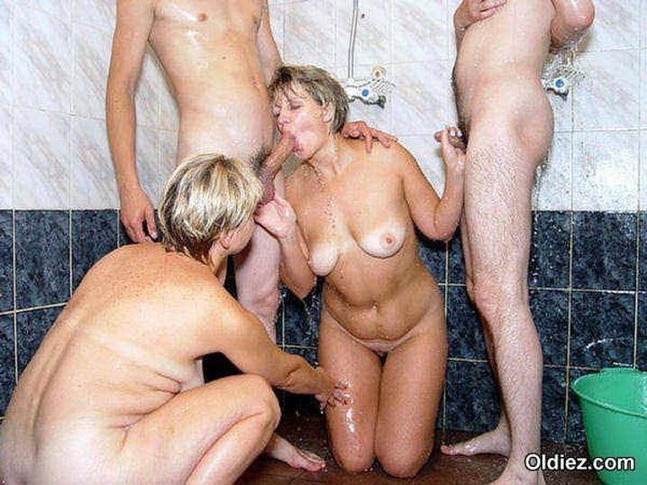 Пышные шалавы с животиком устроили в бане классную групповуху