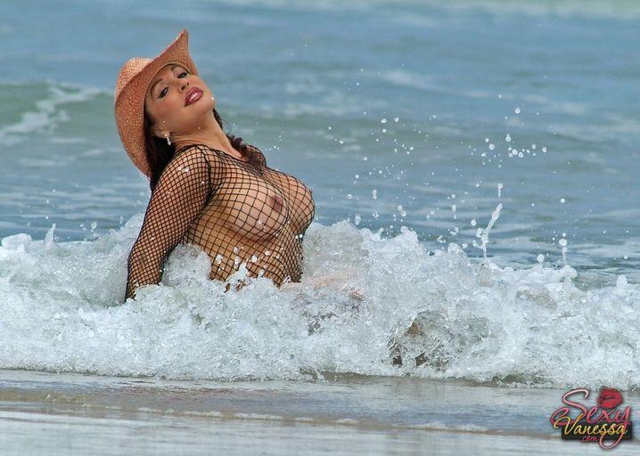 Симпатяшка на курорте устроила бурный секс с мужиком на пляже